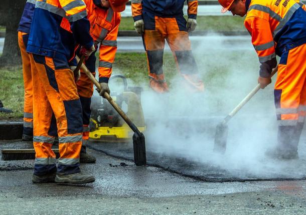 В Люберцах заделывают ямы на дорогах